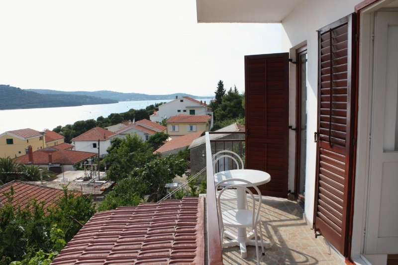 Tisno Apartment Sleeps 5 with Air Con - 5463929, holiday rental in Tijesno