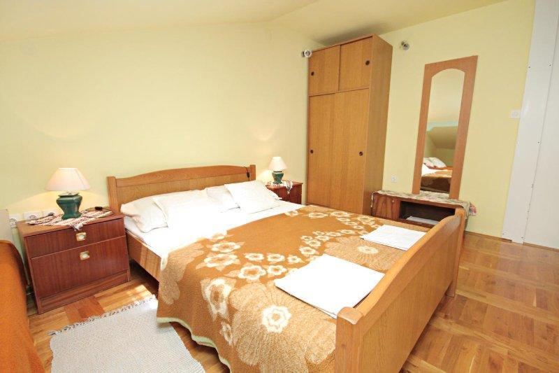 Novi Vinodolski Apartment Sleeps 5 with Air Con - 5464575, casa vacanza a Povile