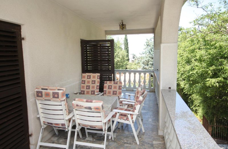 Malinska Apartment Sleeps 6 with Air Con - 5464352, holiday rental in Milcetici