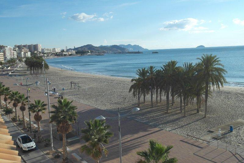 AR3A, Lujoso apartamento en primera linea de playa, location de vacances à Villajoyosa