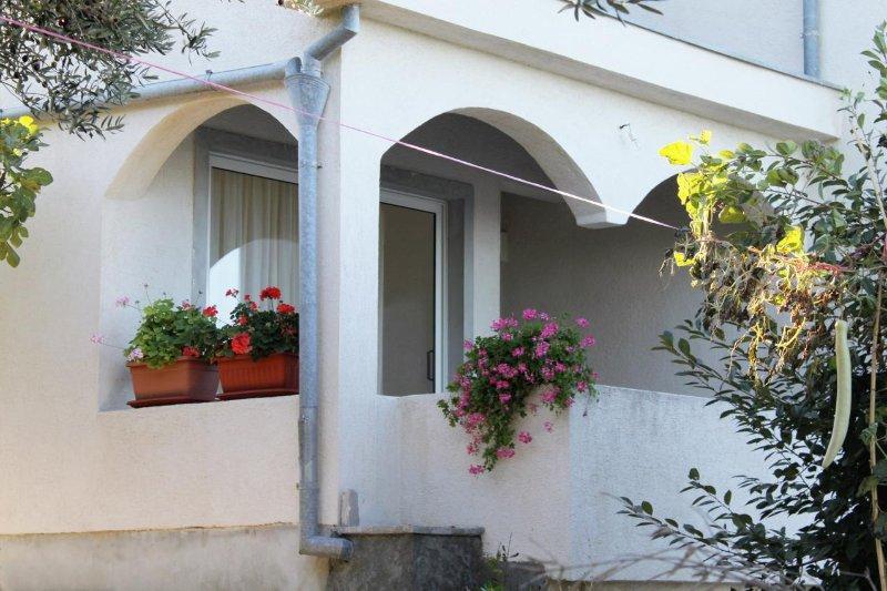 Tkon Apartment Sleeps 5 with Air Con - 5464995, vacation rental in Zizanj Island