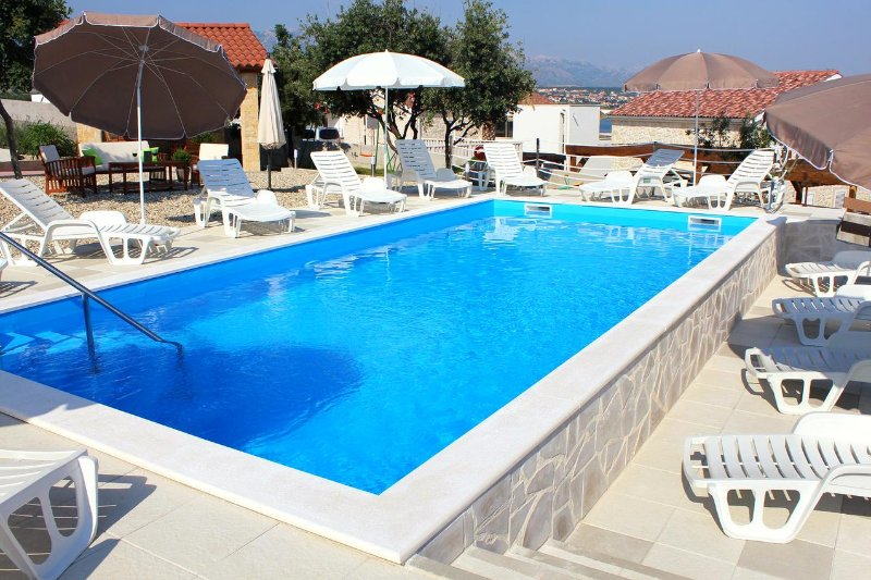 Cosino Apartment Sleeps 4 with Pool and Air Con - 5465451, holiday rental in Posedarje