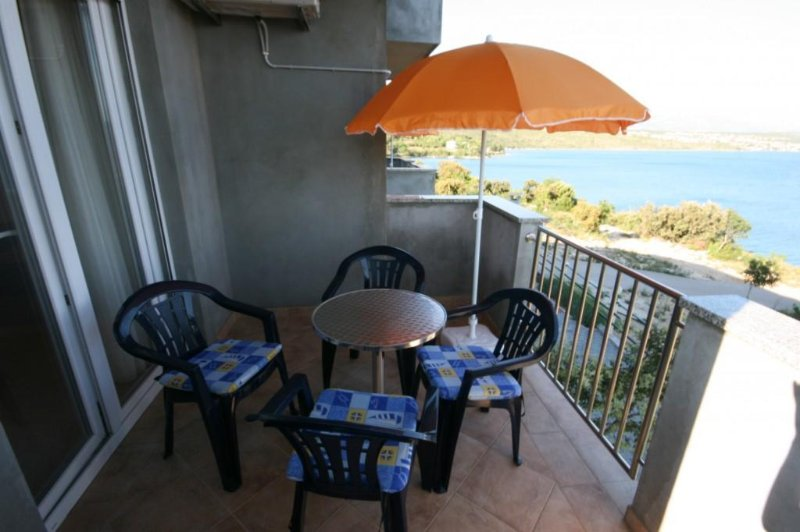 Cosino Apartment Sleeps 4 with Pool and Air Con - 5465444, location de vacances à Posedarje