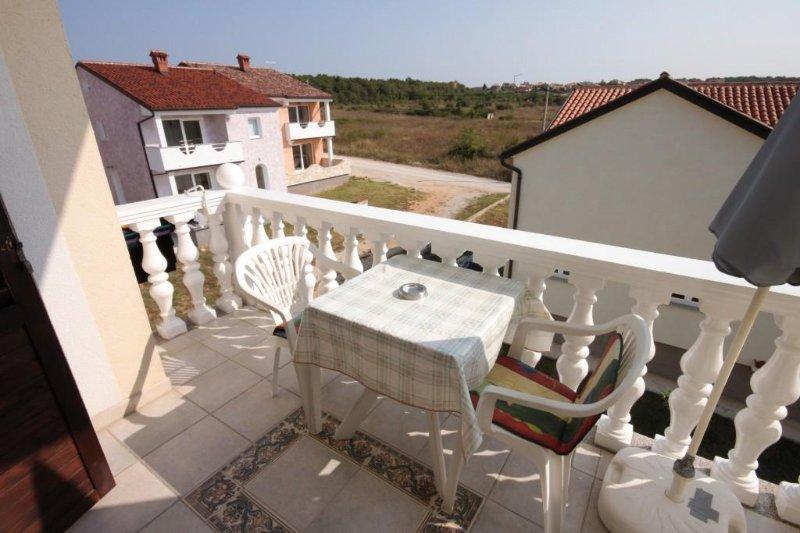 Filipac Apartment Sleeps 2 with Air Con - 5466869, holiday rental in Buzinija