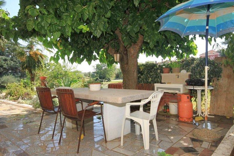 Basanija Apartment Sleeps 3 with Air Con - 5466987, location de vacances à Basanija