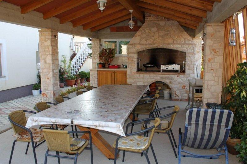 Filipac Apartment Sleeps 5 with Air Con - 5466866, holiday rental in Buzinija