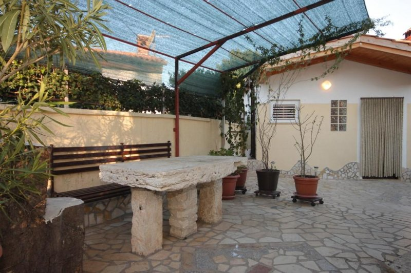 Pomer Apartment Sleeps 6 with Air Con - 5467191, vacation rental in Pomer