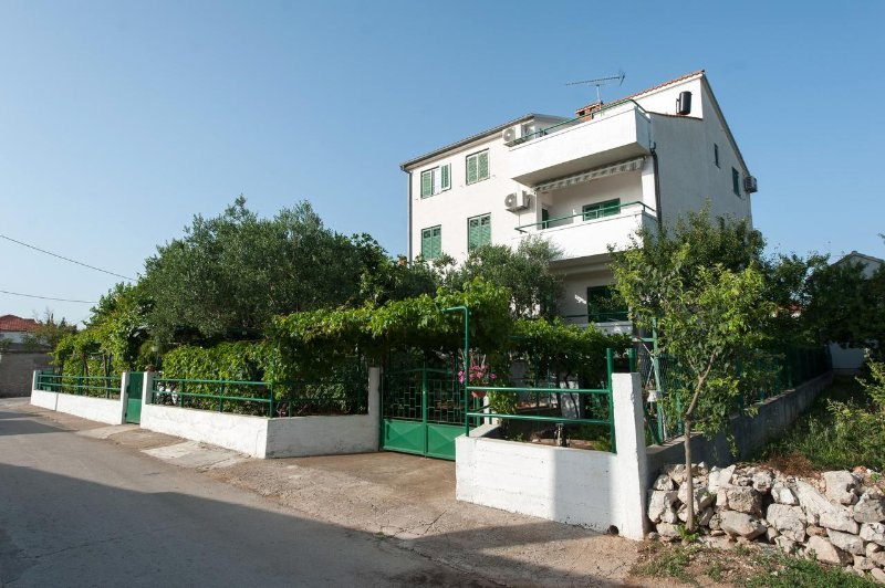 Turanj Apartment Sleeps 4 with Air Con - 5465966, holiday rental in Turanj