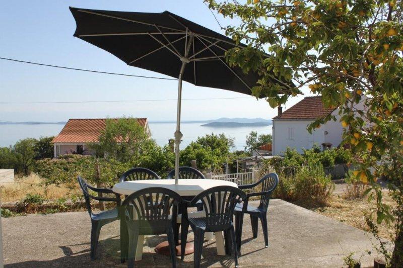 Savar Apartment Sleeps 5 with Air Con - 5467945, location de vacances à Brbinj