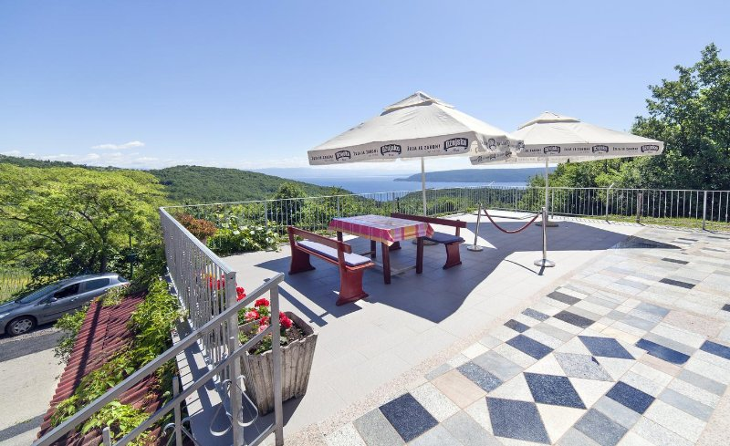 Brsec Apartment Sleeps 5 with Air Con - 5467617, holiday rental in Kozljak