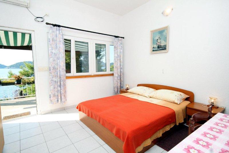 Ubli Apartment Sleeps 2 with Air Con - 5468272, aluguéis de temporada em Ubli
