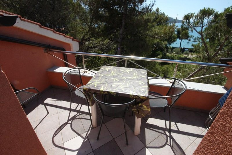 Cres Apartment Sleeps 5 with Air Con - 5467897, holiday rental in Cres