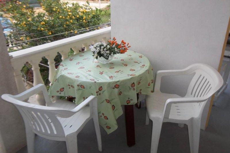 Komiza Apartment Sleeps 2 with Air Con - 5469048, alquiler vacacional en Comisa