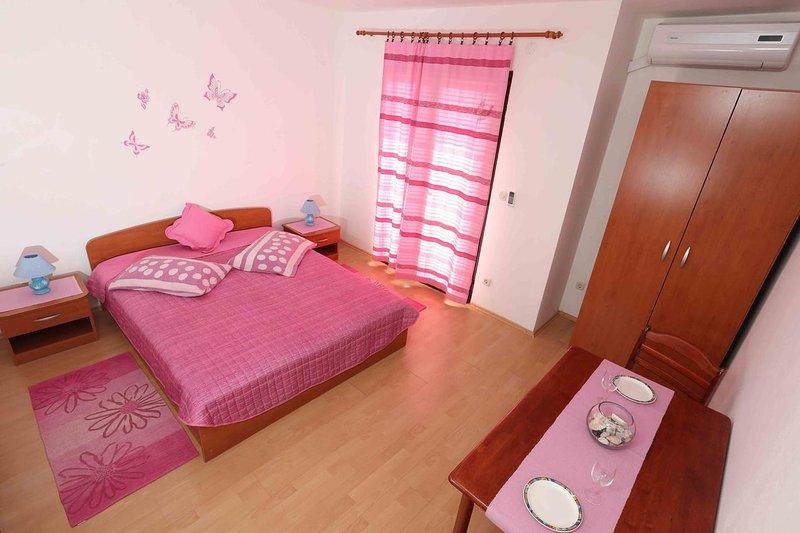 Zavala Apartment Sleeps 2 with Air Con - 5468873, vacation rental in Zavala