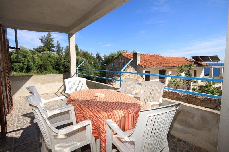 Ivan Dolac Apartment Sleeps 5 with Air Con - 5468898, location de vacances à Vrisnik