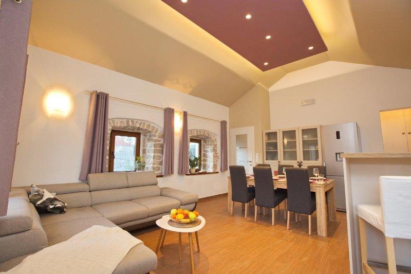 Jelsa Apartment Sleeps 8 with Air Con - 5468766, casa vacanza a Pitve