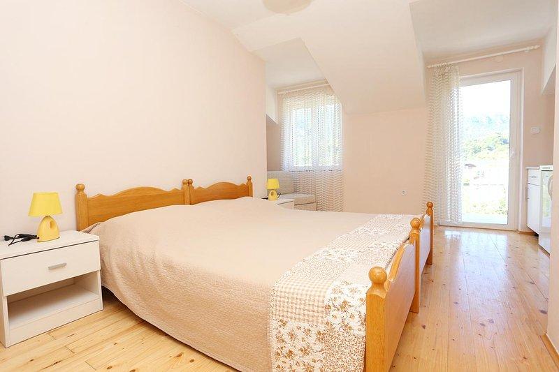 Zuljana Apartment Sleeps 3 with Air Con - 5463132, holiday rental in Zuljana