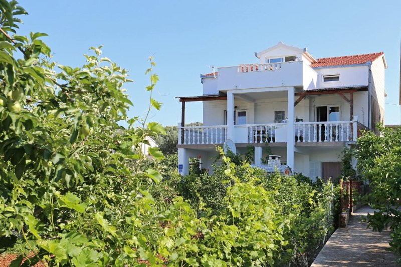 Poljica Kozicka Apartment Sleeps 5 with Air Con - 5470064, alquiler de vacaciones en Poljica