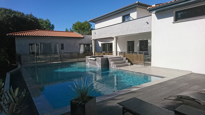 LUXIEUSE MAISON D'ARCHITECTE DE 300 M² AVEC PISCINE ENTRE NIMES ET MONTPELLIER, holiday rental in Gallargues-le-Montueux