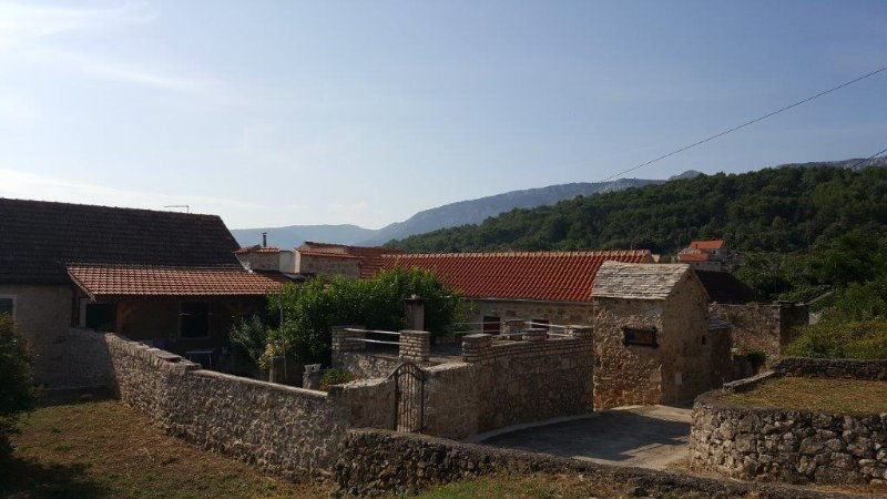 Vrbanj Holiday Home Sleeps 8 with Pool and Air Con - 5470227, location de vacances à Vrisnik