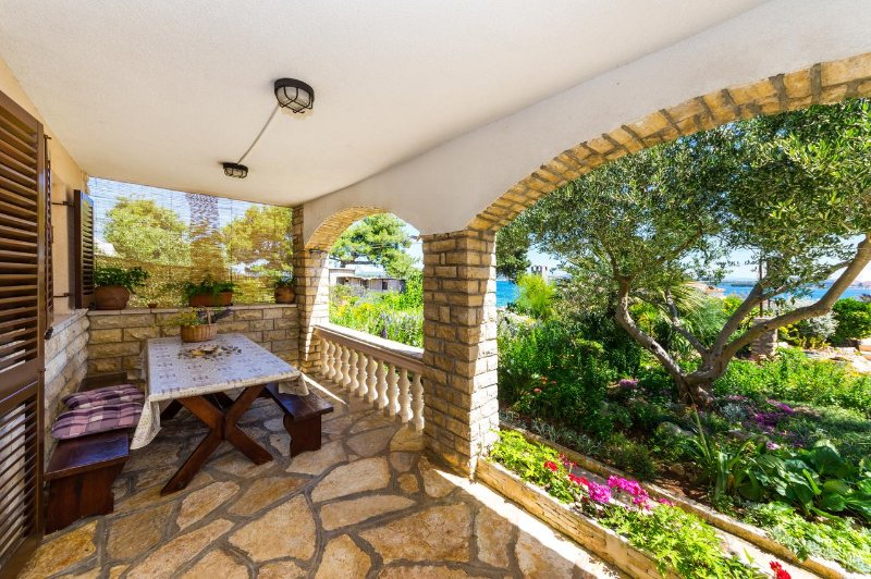 Ugrinici Apartment Sleeps 4 with Air Con - 5471170, holiday rental in Tkon