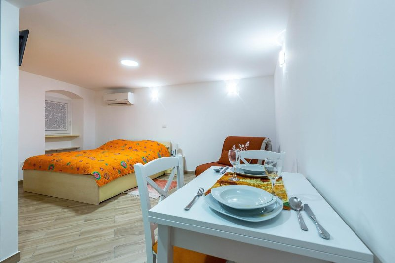 Lovran Apartment Sleeps 3 with Air Con - 5471190, vacation rental in Lovran