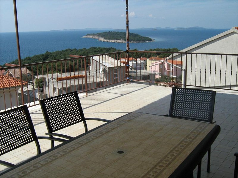 Baselovici Apartment Sleeps 6 with Air Con - 5471241, holiday rental in Primosten Burnji