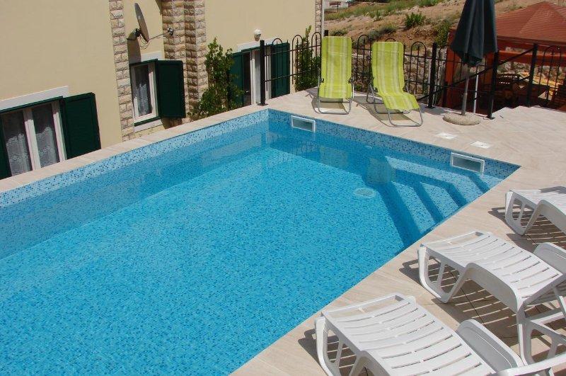 Stari Okic Apartment Sleeps 4 with Pool and Air Con - 5471477, location de vacances à Bosana