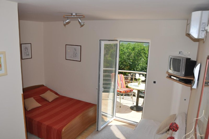 Omisalj Apartment Sleeps 2 with Air Con - 5471475, holiday rental in Omisalj