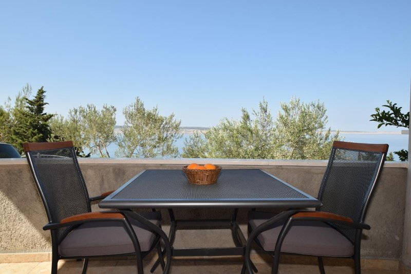 Kruskovac Apartment Sleeps 6 with Air Con - 5471579, holiday rental in Kukljic