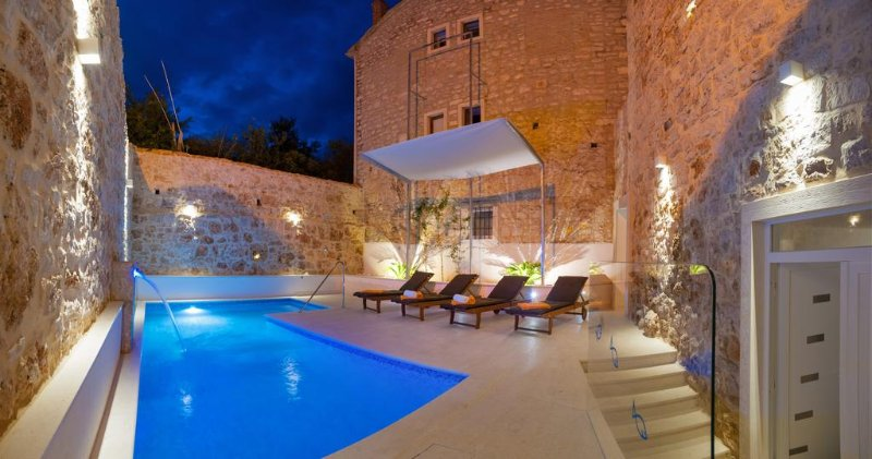 Villa Stone Bol – Beautiful stone villa with pool and Jacuzzi in Bol, Brac, holiday rental in Bol