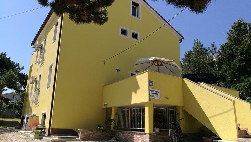 Draga Bascanska Apartment Sleeps 5 with Air Con - 5472189, vacation rental in Batomalj