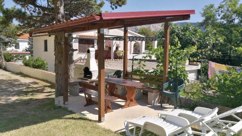 Baska Apartment Sleeps 5 with Air Con - 5472192, vacation rental in Batomalj