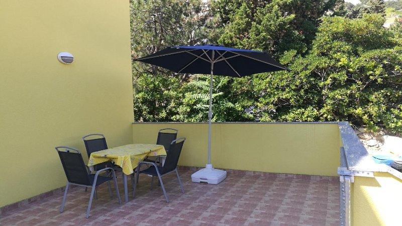 Draga Bascanska Apartment Sleeps 5 with Air Con - 5472190, vacation rental in Batomalj