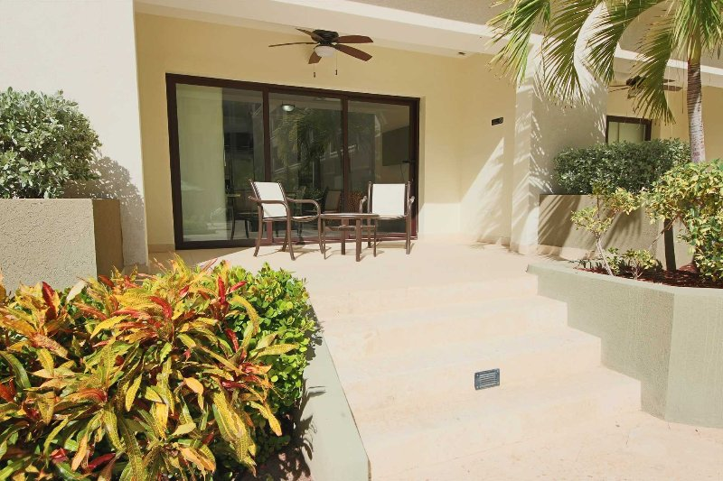 Passerella patio con accesso alla piscina all'aperto e sono