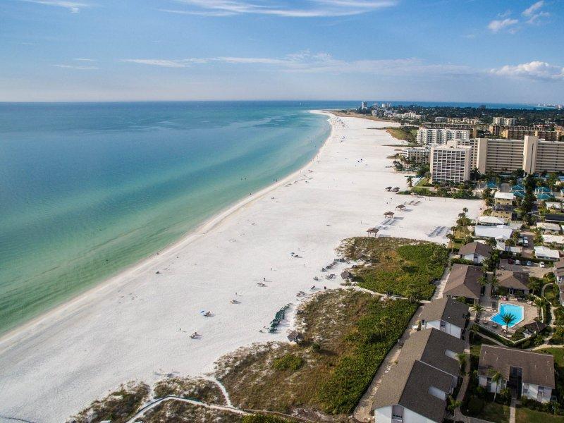 Notre belle plage de croissant juste en face de notre condo!