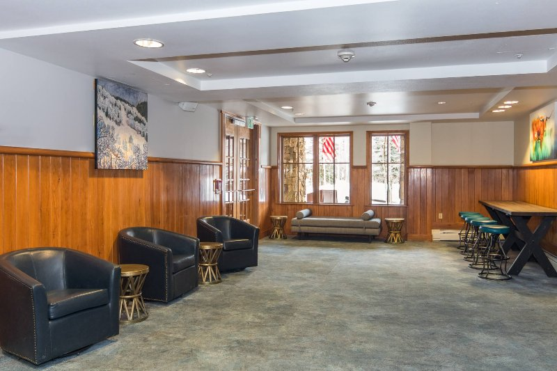 Recientemente renovado Zephyr Mountain Lodge Slopeside lobby