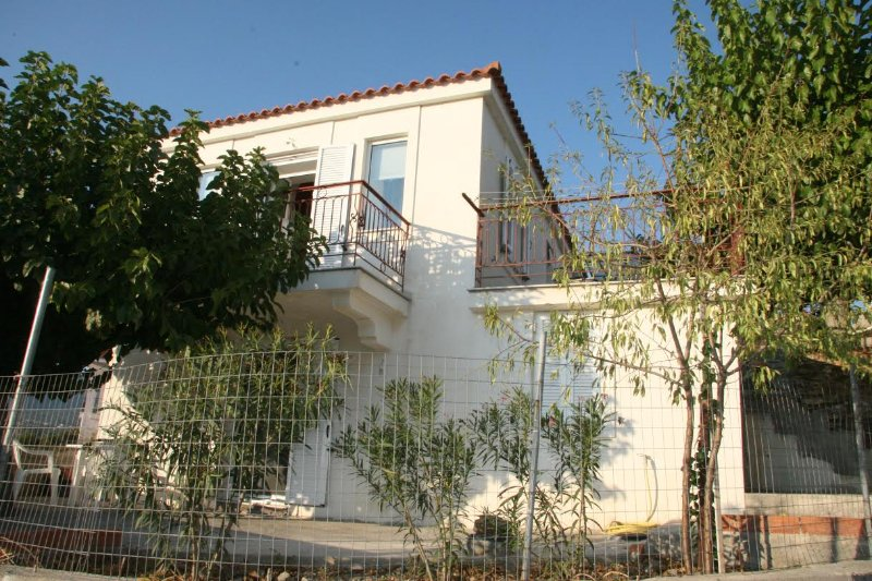Beautiful traditional, ideally located stone house renovated & with endless view, holiday rental in Oxilithos