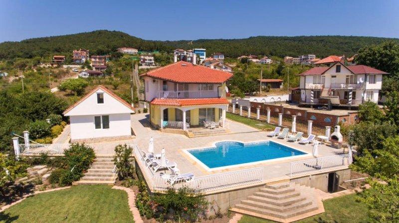 Family Villa With Large Private Pool, casa vacanza a Sunny Beach