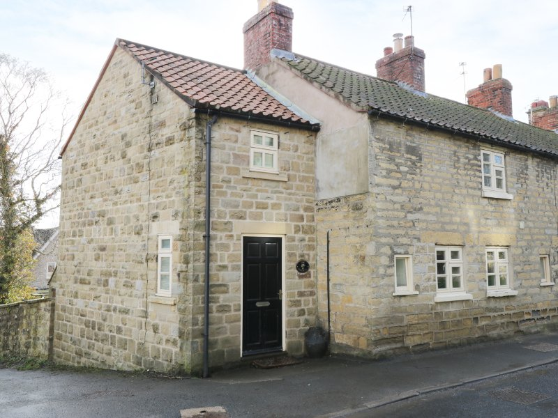 THE COTTAGE, woodburning stove, beams, with conservatory in Ampleforth, Ref, vacation rental in Crayke