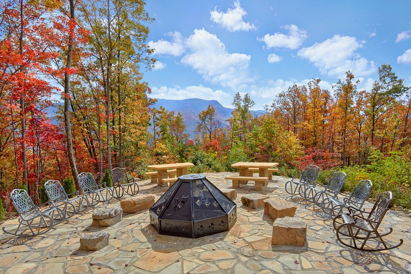 'Timber Wolf', Amazing Fire Pit, Stunning Mtn View, 6 BR cabin. Sleeps 26, location de vacances à Gatlinburg