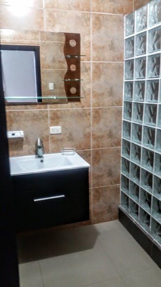Ampio bagno padronale con doccia enorme.