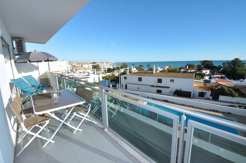Privater Balkon mit Gartenmöbeln und fantastischem Meerblick