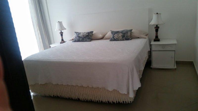 Camera matrimoniale con letto king size.