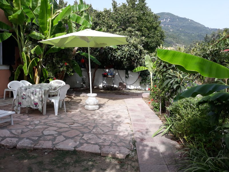 Cozy Bungalow for 4 to 6 People, 100m from Beach and Village Center, location de vacances à Agios Gordios
