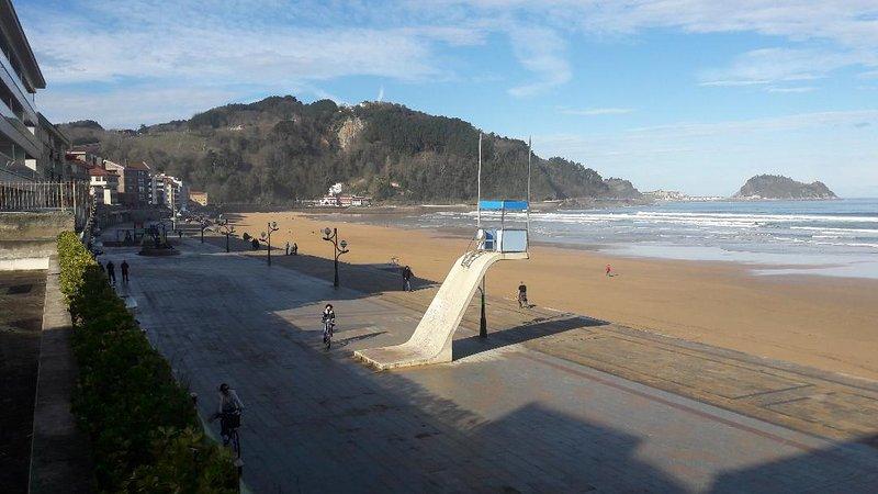 vista frontale e panoramica sulla spiaggia e Getaria