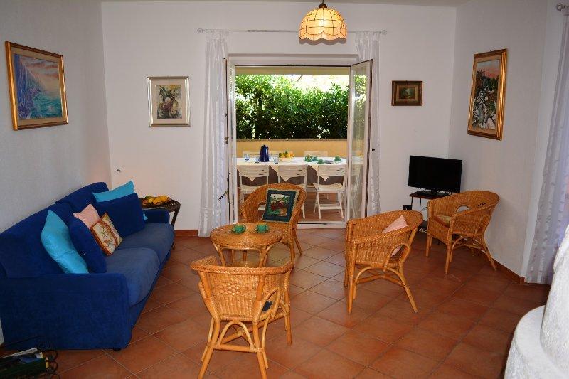 VILLA OLIVIA: ampia villa con spettacolare vista mare, 10 persone, alquiler de vacaciones en Cala Gonone