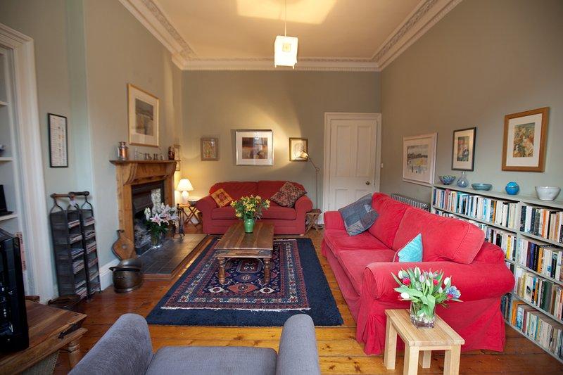 sala de estar con sofá cama y un montón de libros
