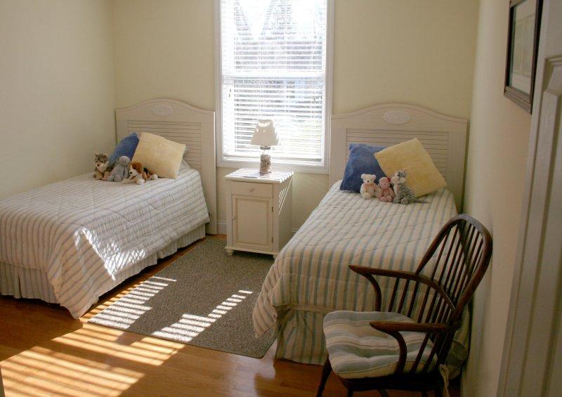 Gästezimmer # 4 mit zwei Einzelbetten und einem großen Schrank