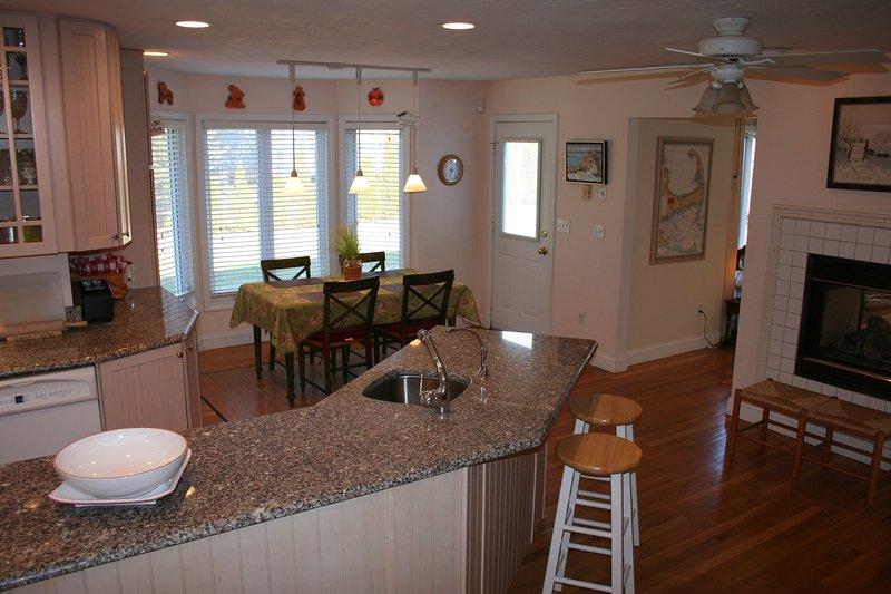 Ein weiterer Schuss von der Küche, die zeigt, Frühstücksraum und Kamin